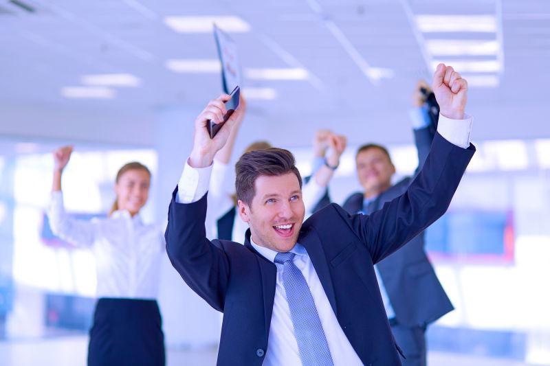 庆祝胜利的武器的商业合作团队