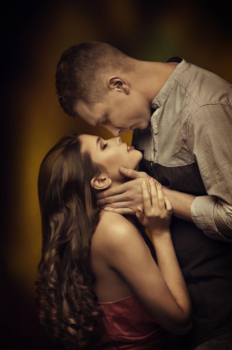 恋爱中的年轻夫妇亲吻