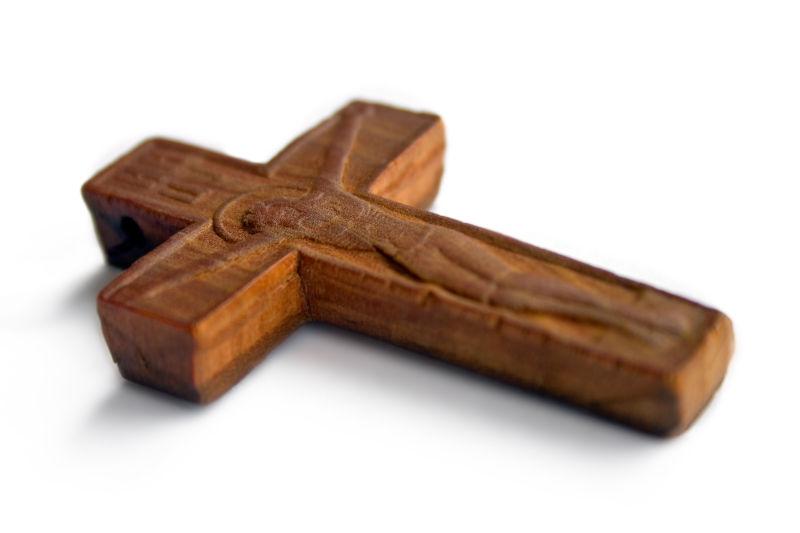 白色背景上的木制十字架