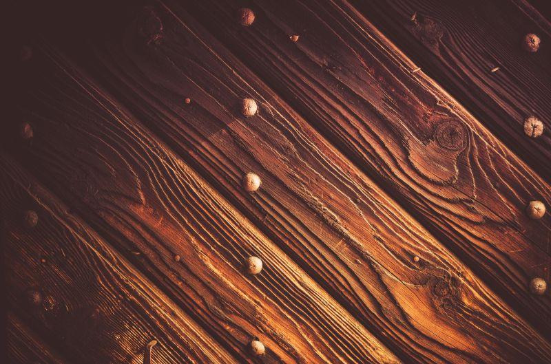 旧木板上的铆钉