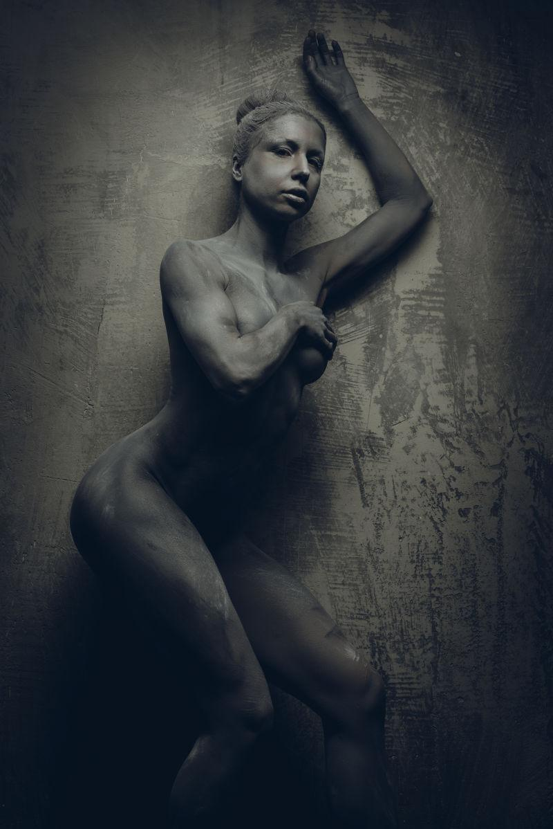 灰色背景下的女性水彩画