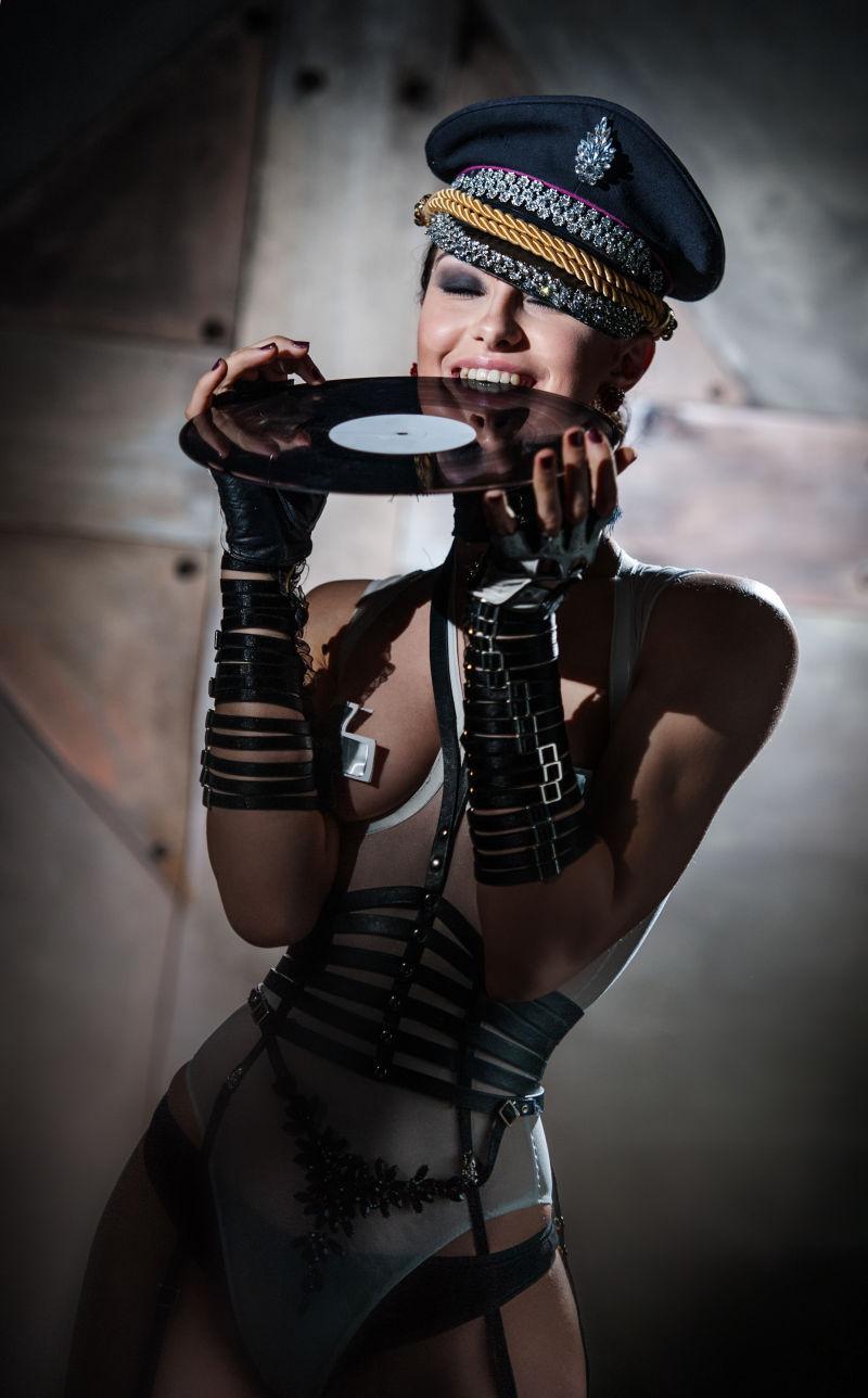 穿着性感衣服的美女拿着唱片