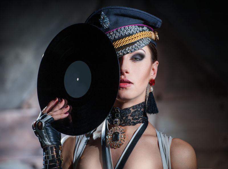 性感的美女拿着黑色唱片