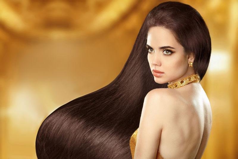 金色背景中长发美女