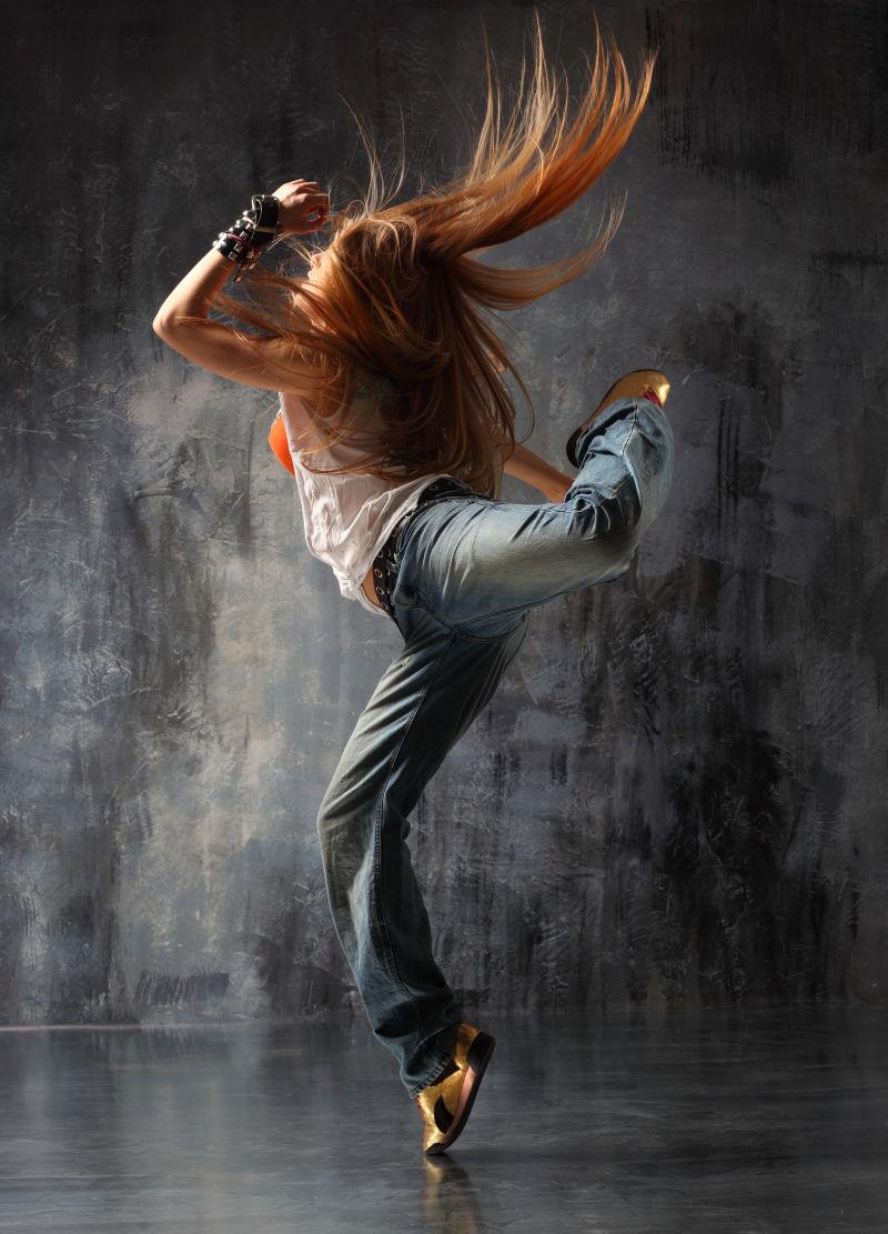 勾起脚的美女舞者