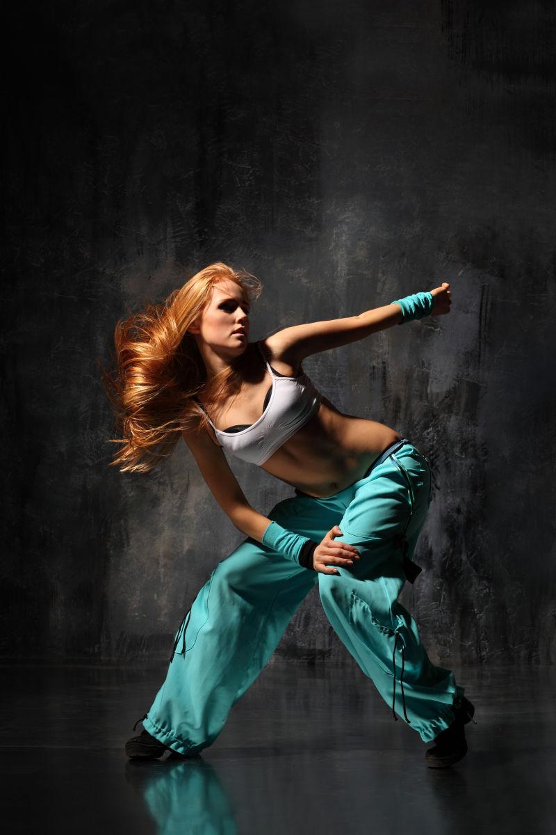 自信的美女舞者
