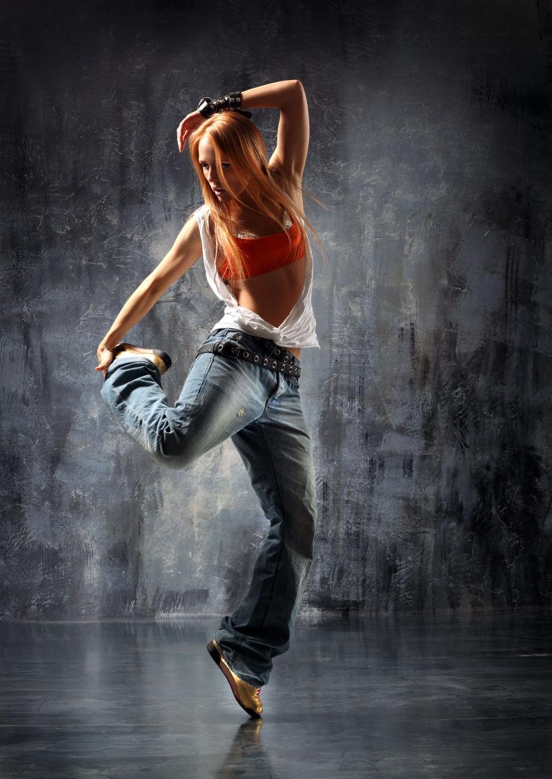 抬起脚的美女舞者