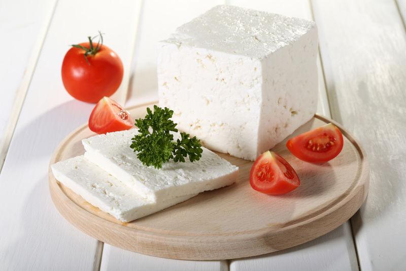 砧板上的番茄奶酪