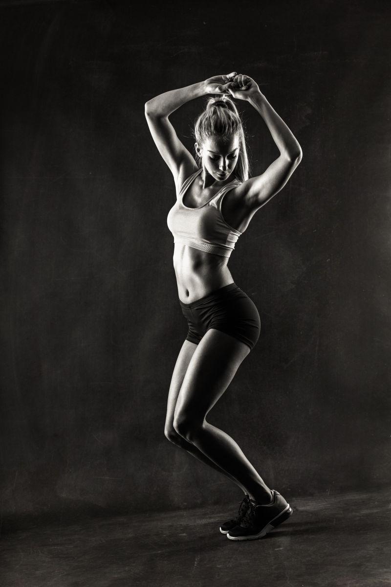 黑白健身女子肌肉展示