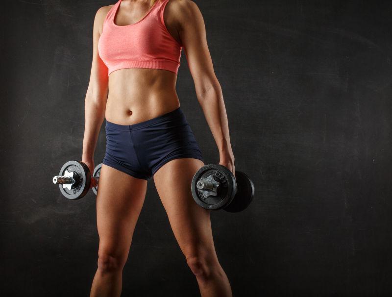 哑铃锻炼肌肉女子