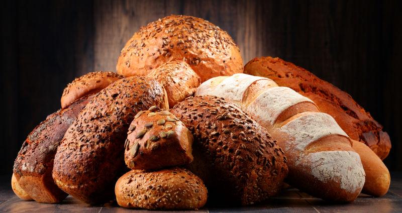 餐桌上美味的面包