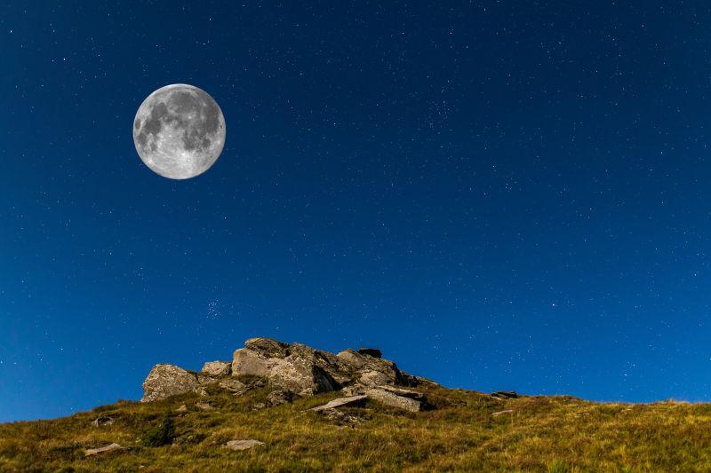 在石头背景下的夜空