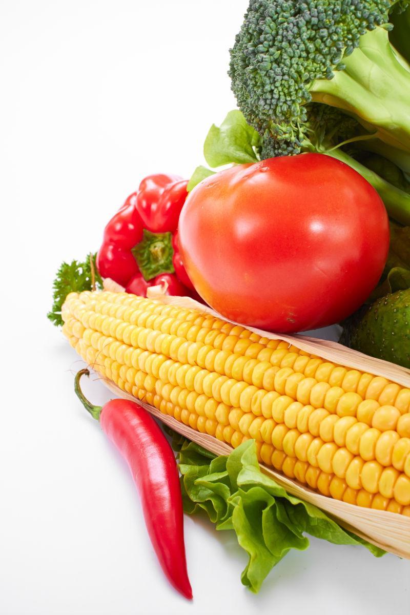 白色背景上不同品种的新鲜蔬菜
