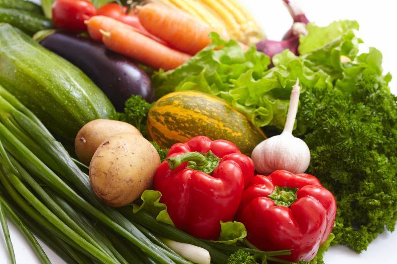 桌子上很多的新鲜健康蔬菜