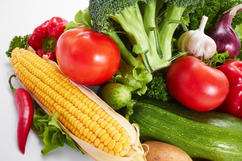 桌子上有很多的新鲜蔬菜