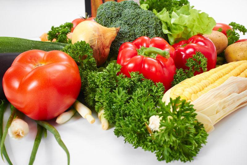 白色桌子上的新鲜蔬菜