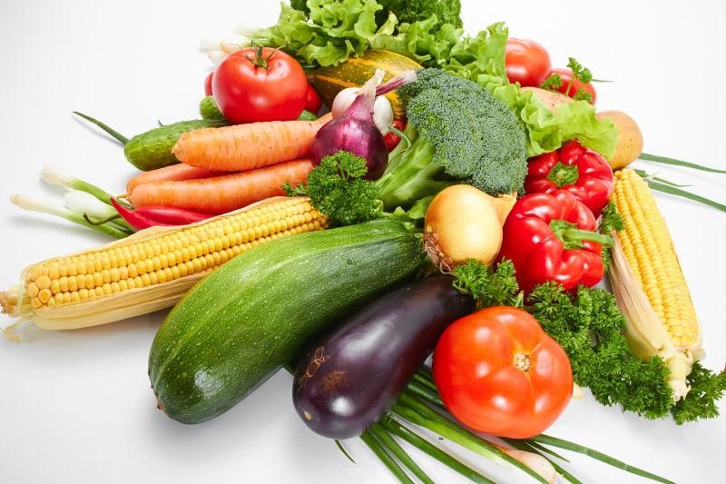 桌子上的新鲜健康蔬菜集