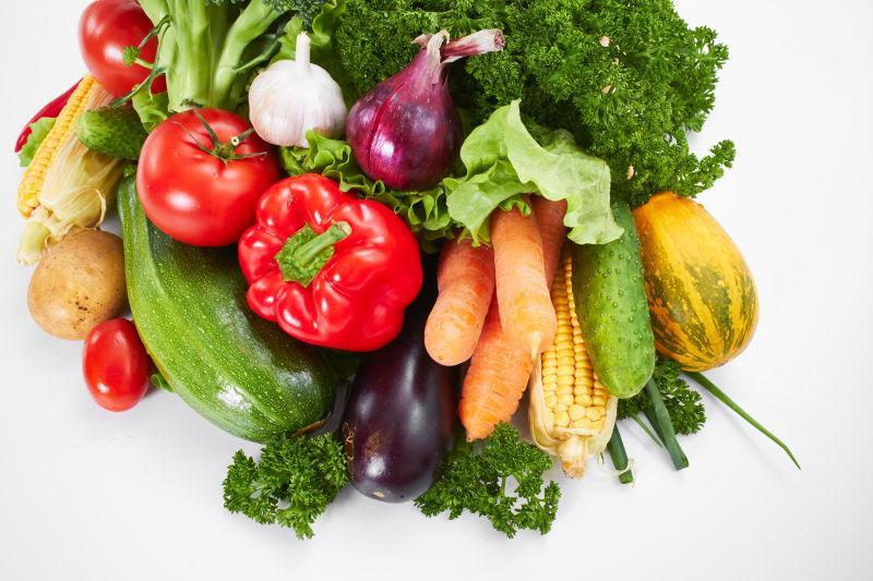 白色桌子上有很多的新鲜蔬菜