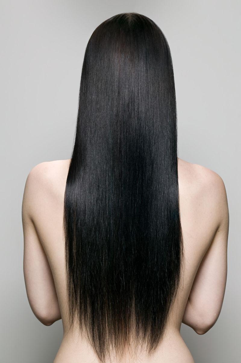 乌黑长发的美女后视图