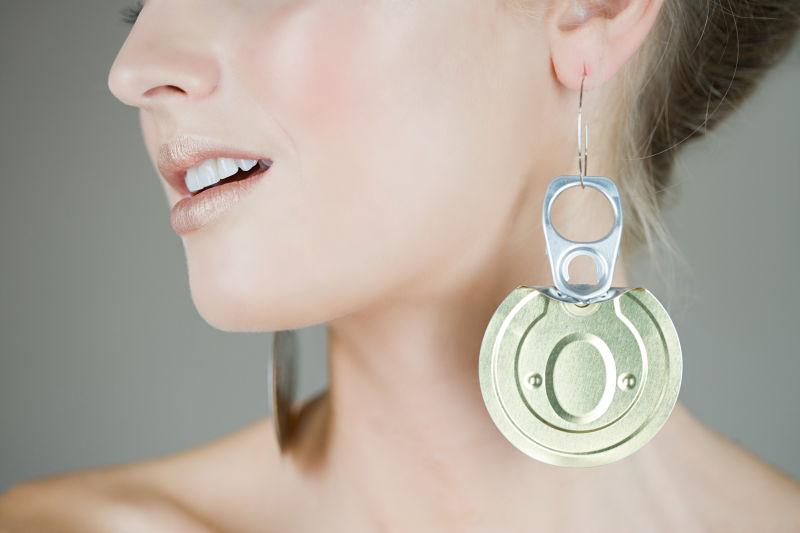戴着易拉罐盖子耳环的年轻美女