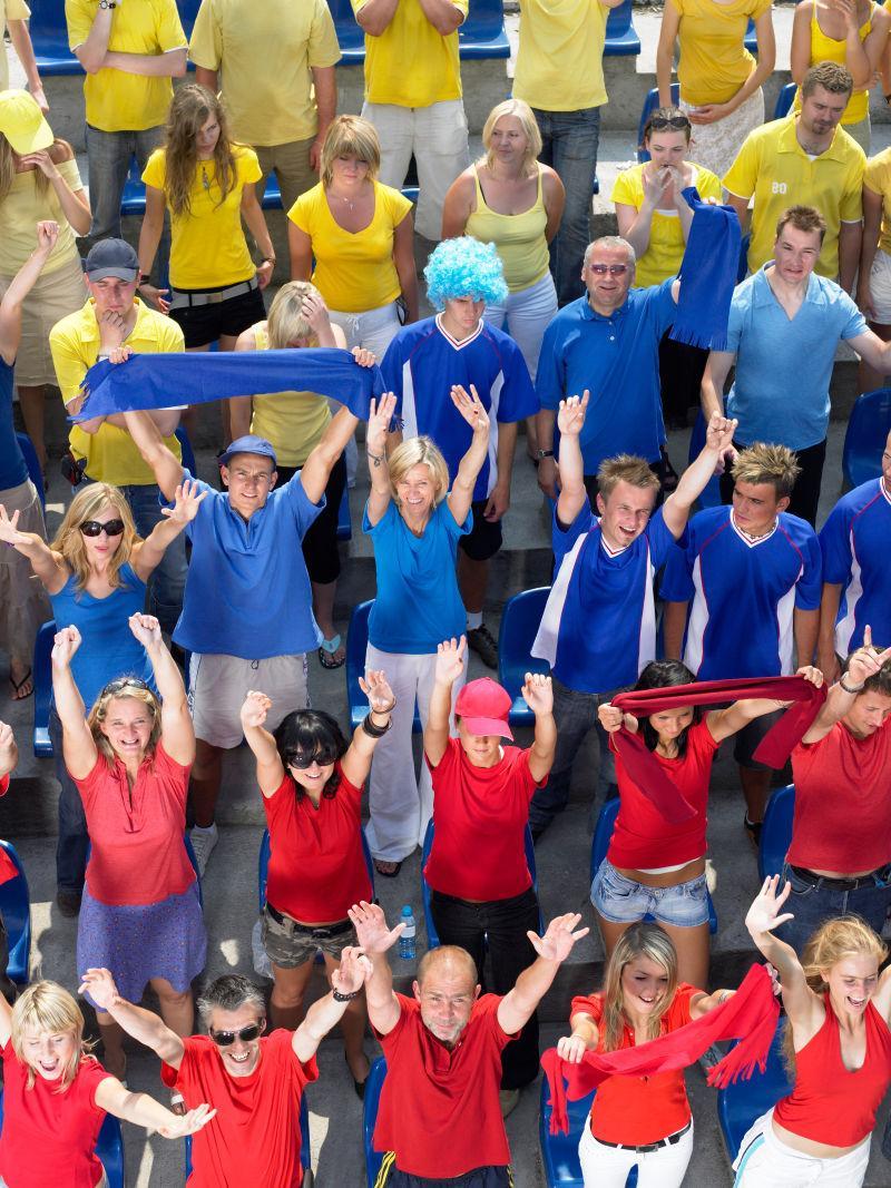 看台上举手欢呼的球迷