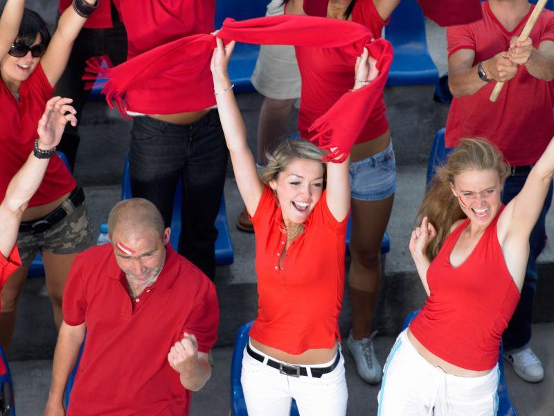 穿着红色衣服欢呼的球迷