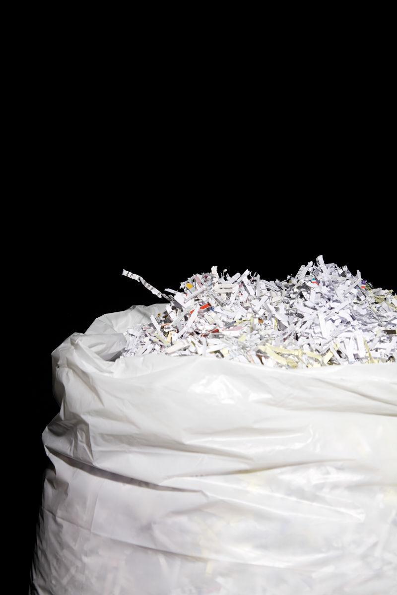 白色塑料袋里的碎纸片