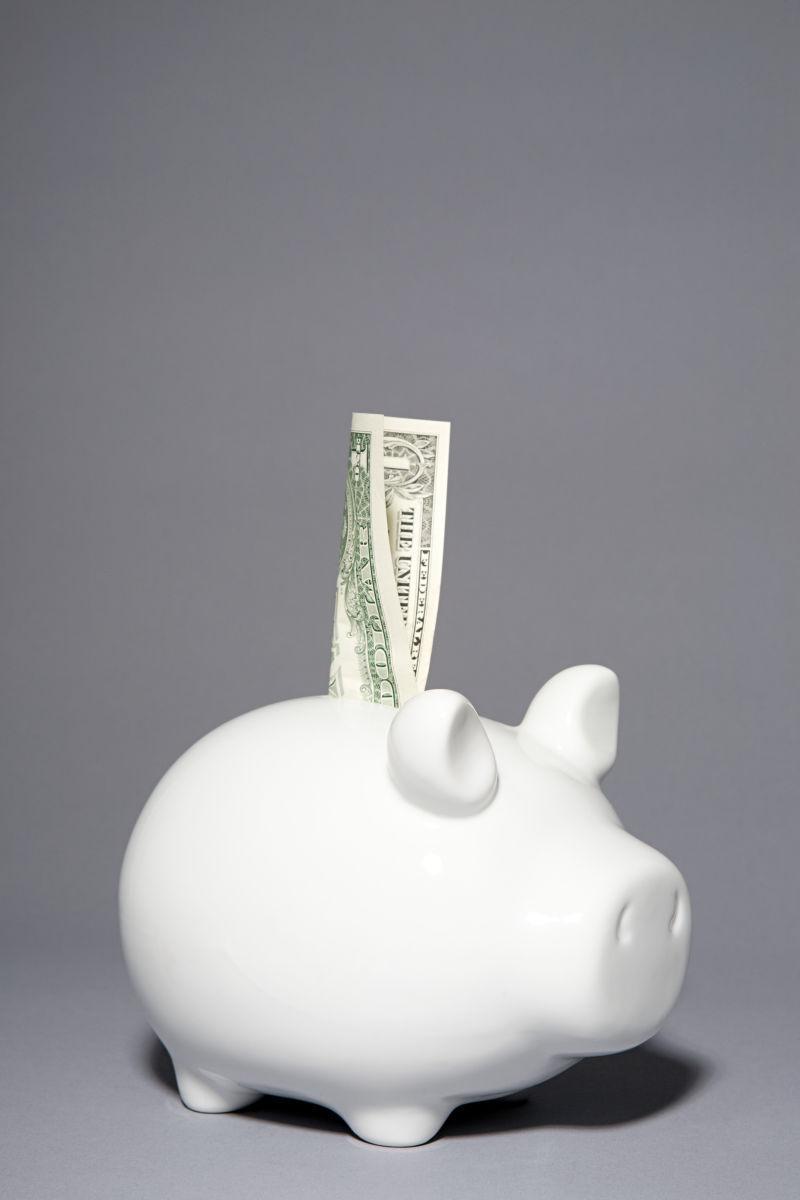 白色小猪扑满上的纸币