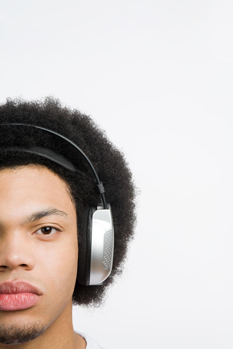 戴着耳机的男孩