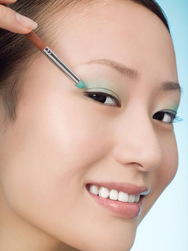 美女化妆眼影