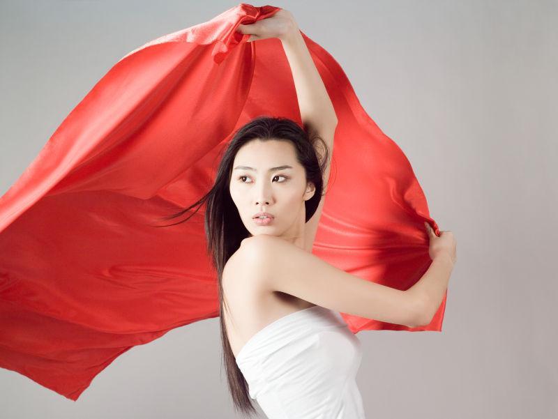 举红旗的美女