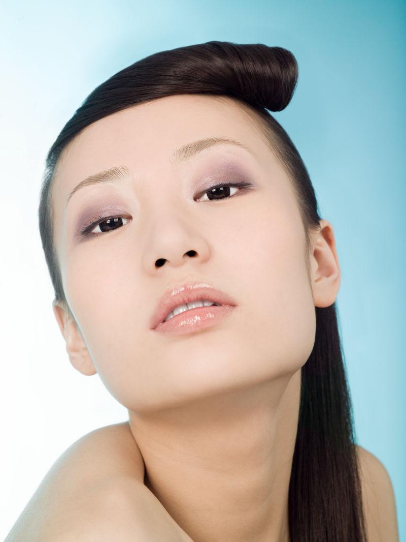 化妆中国的美女