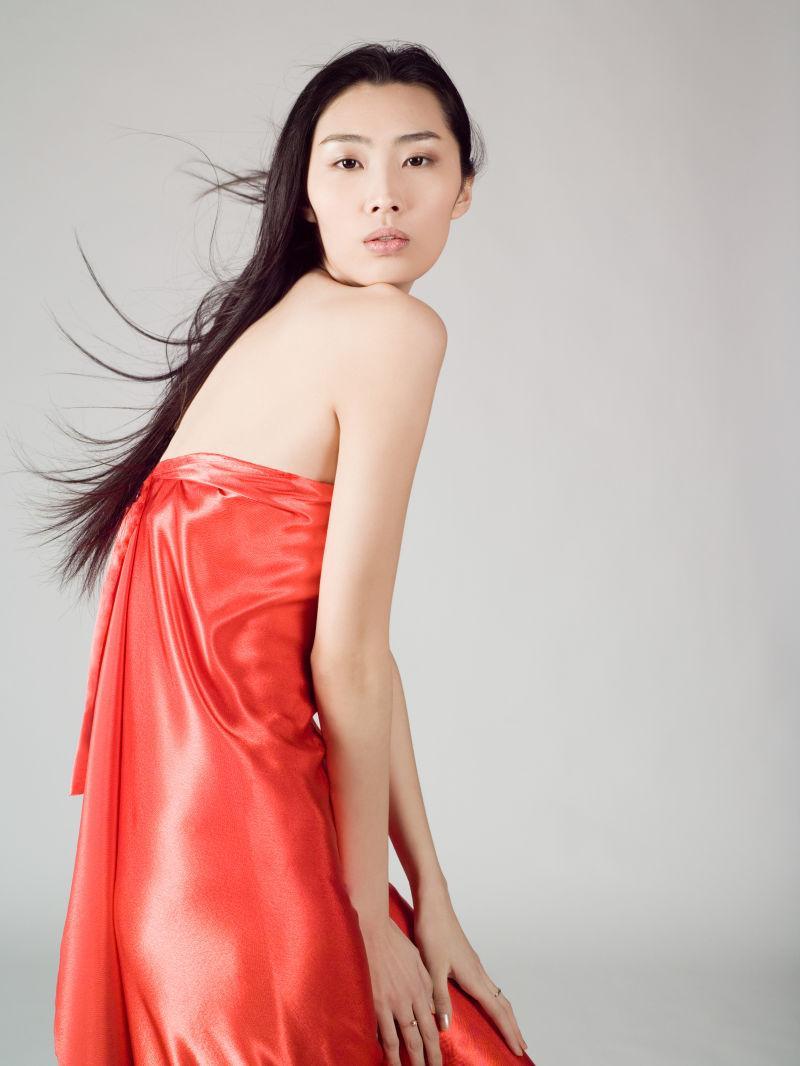 穿红色丝绸的美女模特