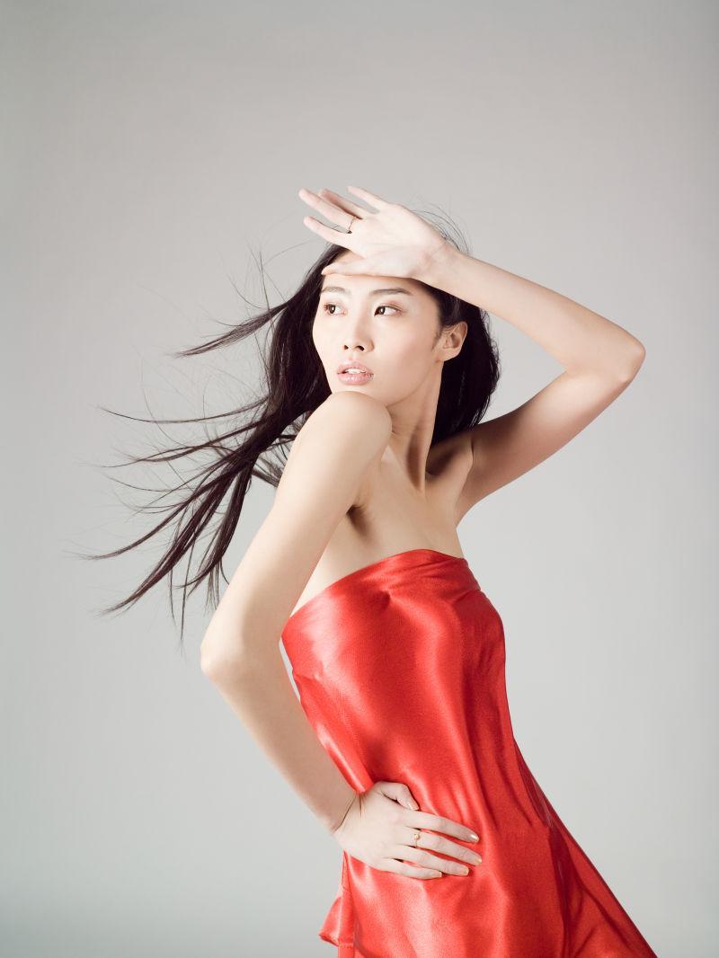 身穿红色丝绸连衣裙的模特