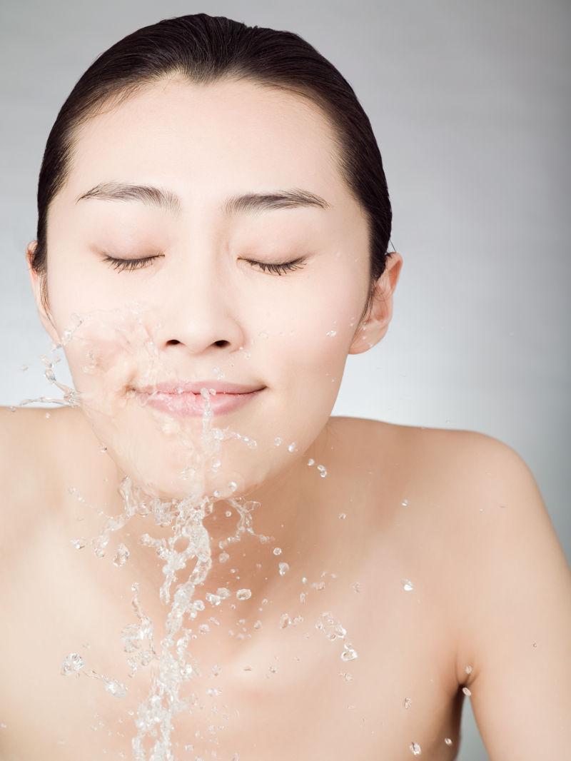 洗脸的美女模特