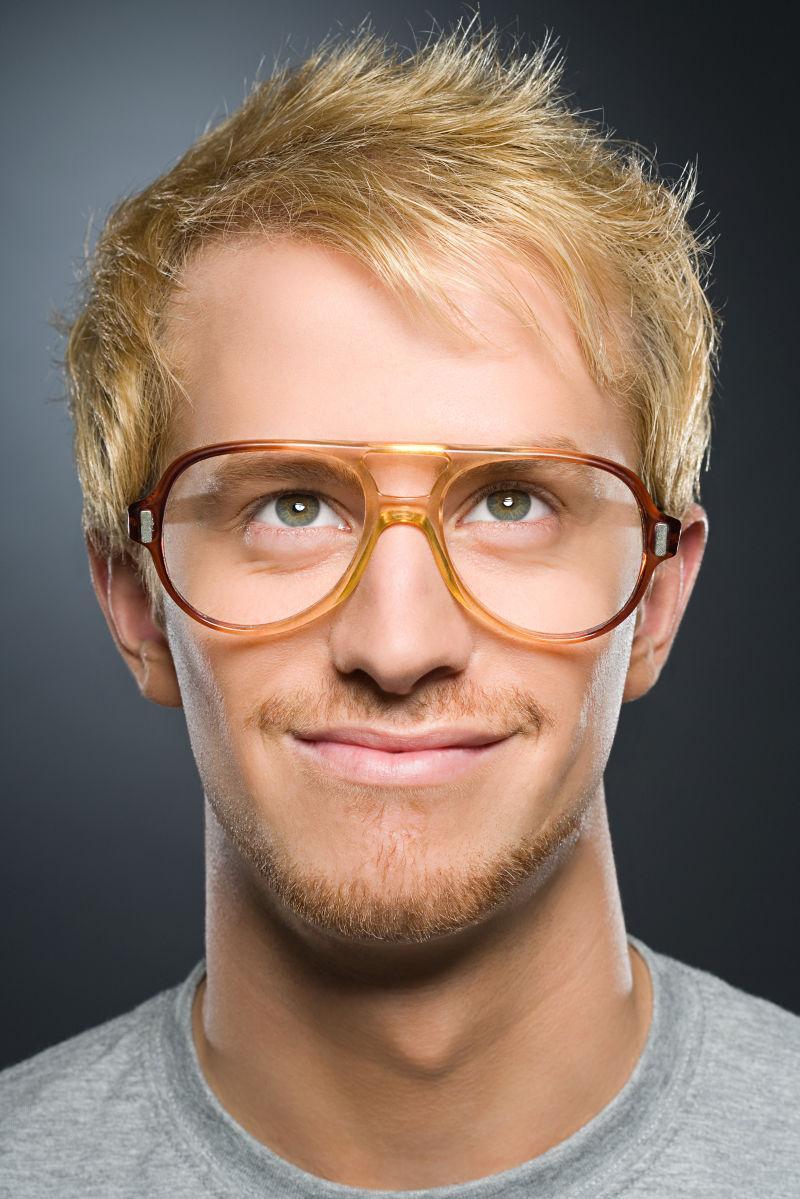 带着眼镜的金发男子