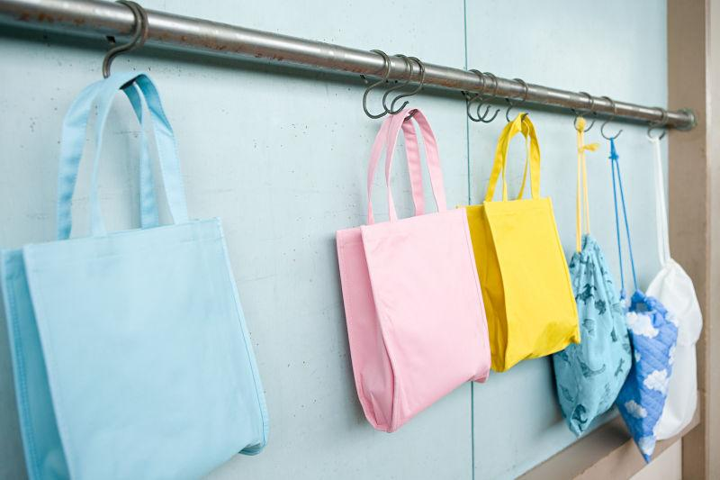 挂在挂钩上的各种颜色的袋子