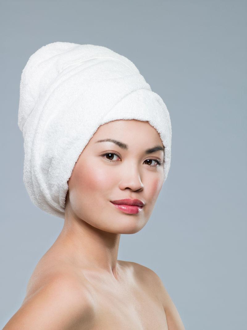 头上带着白色浴巾的女人