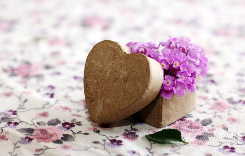 盒子里的紫花和心