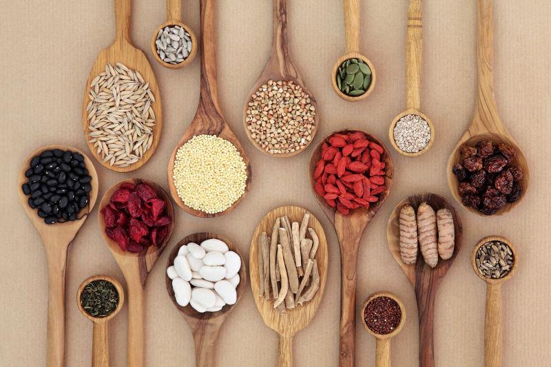 木勺子里的各种食材