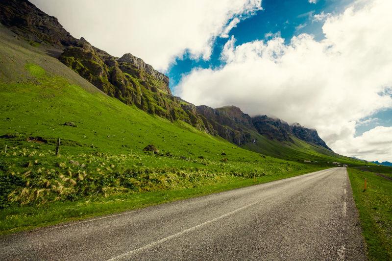 草坪中的道路