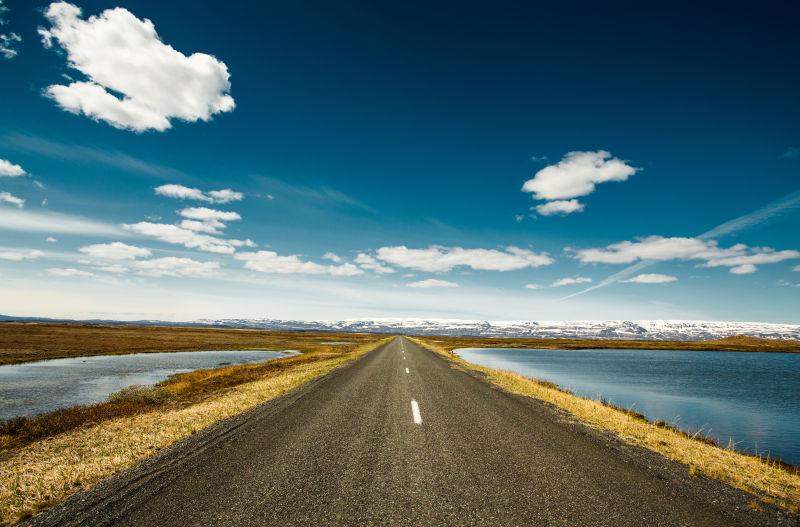 两边是湖的公路
