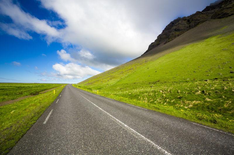 绿草地中间的道路