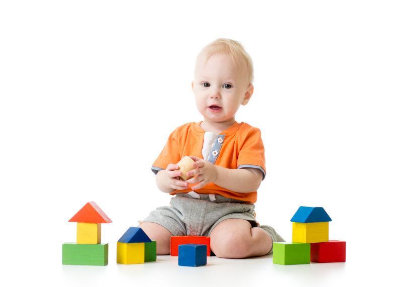 玩方块玩具的小孩