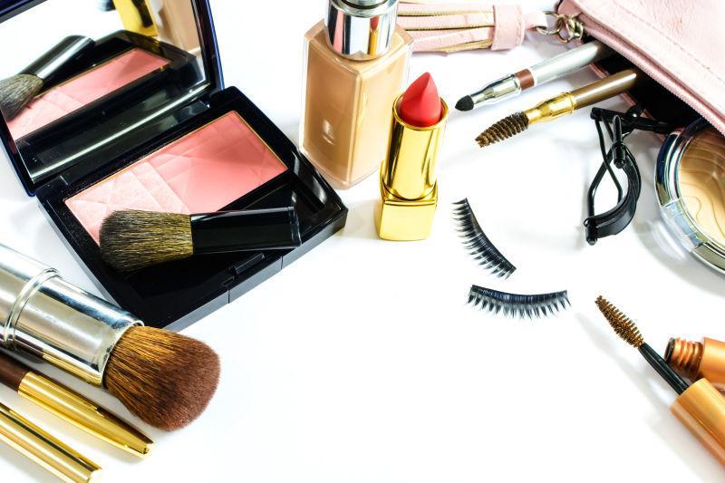 白色桌子上的化妆品