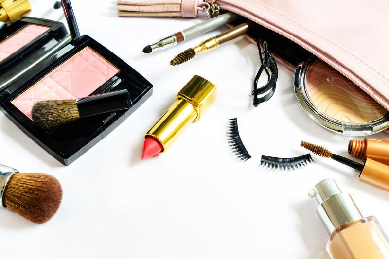 白色背景上化妆袋和化妆品