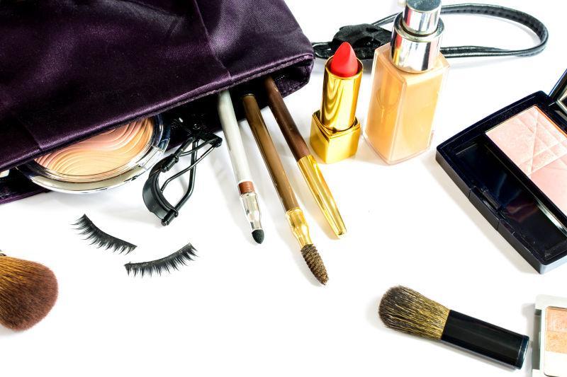 桌上的化妆包和散落出来的化妆品