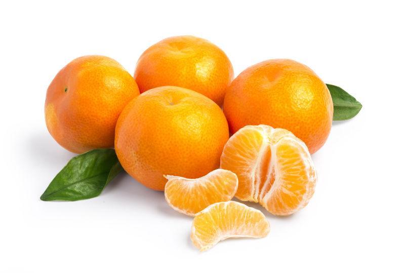 成熟的柑橘和树叶在白色背景下