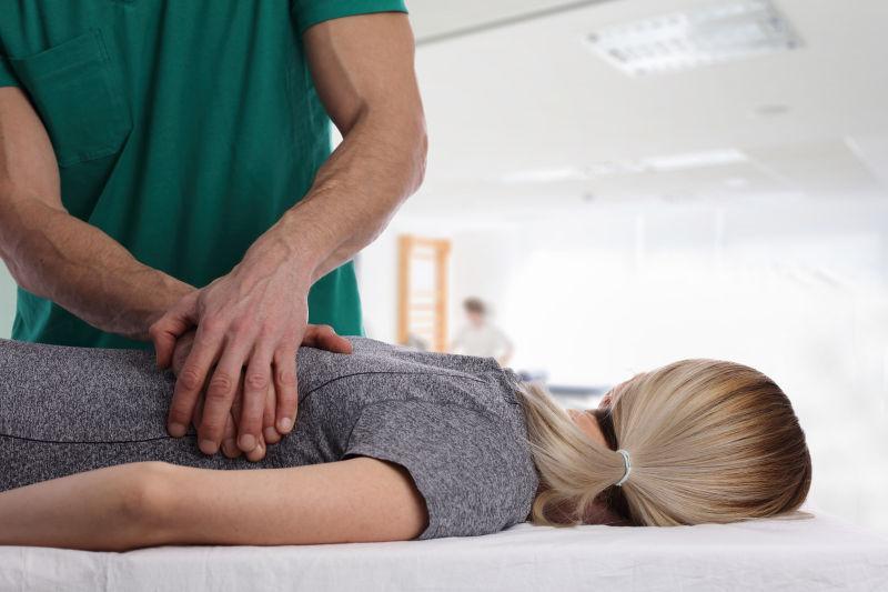 男性按摩师为女性按摩矫正脊椎