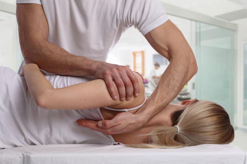 男性按摩师为美女矫正按摩脊椎